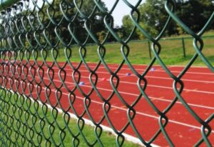 Забор из полимерной сетки рабицы